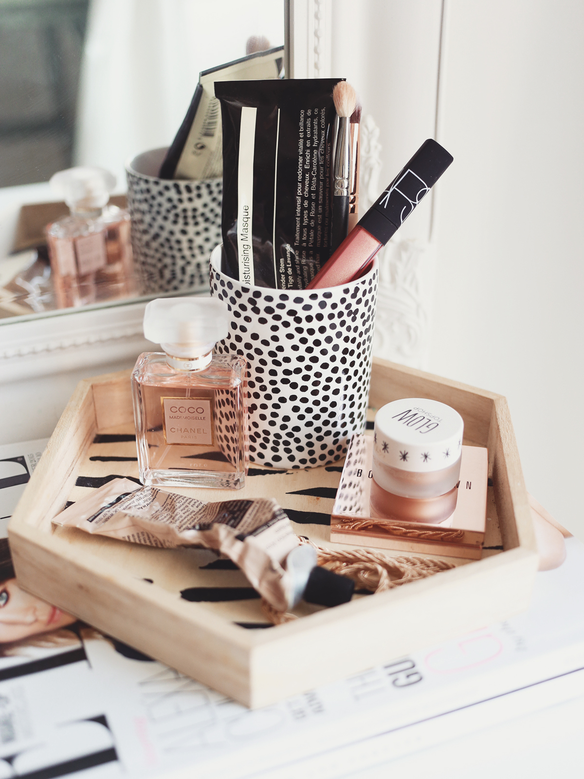 Makeup storage tips tricks kate la vie for Beauty table organiser